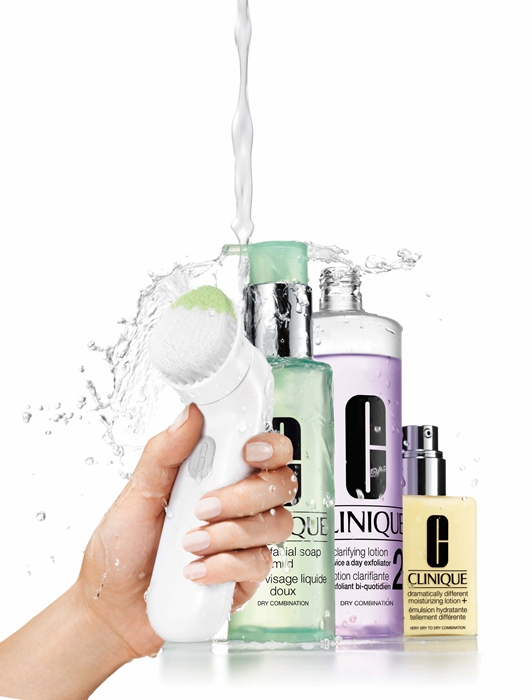 Clinique Sonic System Purifying Cleanser Brush in Hand With 3Step